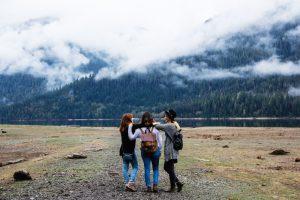 3 filles voyage sac à dos montagne lac