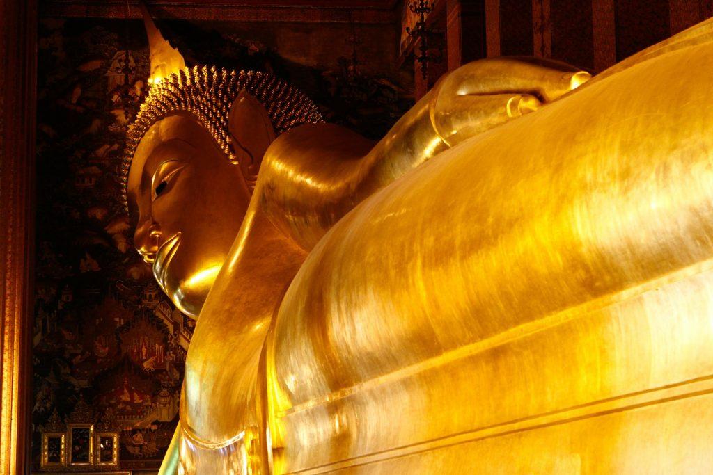 Statue en or de Buddha couché