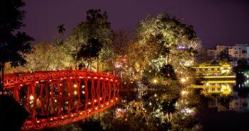 Photo de nuit: pont sur un lac de Hanoi