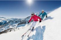 deux skieurs qui descendent une piste à skis