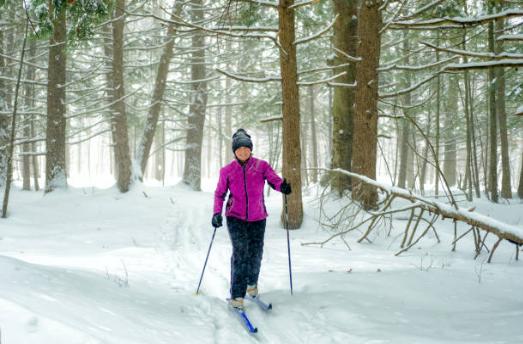 femme faisant du ski de fond
