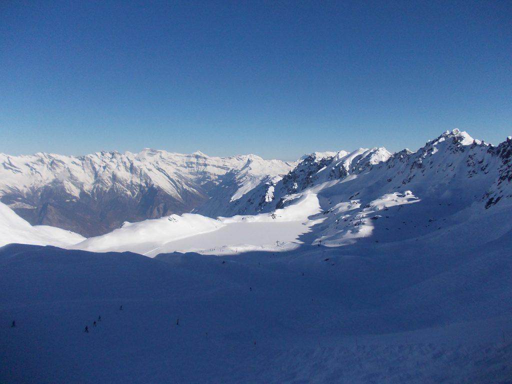 vue de haut d'une station de ski enneigée